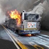 Attimi di panico per un bus della linea 71 in fiamme a Porta Susa