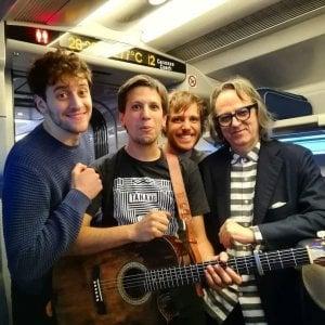 """Il treno è in ritardo, la band """"Eugenio in via di Gioia"""" improvvisa un concerto in viaggio"""