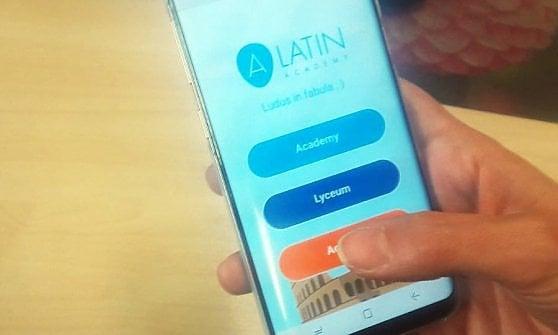 Ora il latino a scuola si studia con lo smartphone. E copiare i compiti non conviene