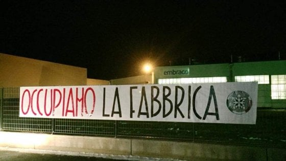 Torino, striscione di CasaPound all'Embraco: gli operai lo strappano