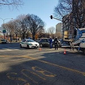 Torino, scontro tra auto e scooter: due feriti all'ospedale