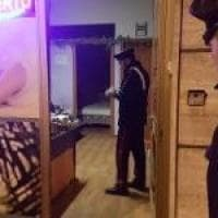 Pinerolo, due minorenni accoltellano per rapina il titolare di un centro