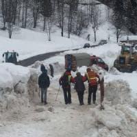 Valanga sulla strada, isolato un gruppo di residenti e turisti in alta Val