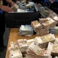 Valuta sequestrata dalle fiamme gialle all'aeroporto di Caselle