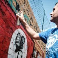 Ibo Omari, a Torino il writer berlinese che trasforma le svastiche in fiori e conigli