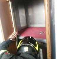 Torino, ascensore cade e si blocca: uomo ferito e imprigionato nell'abitacolo