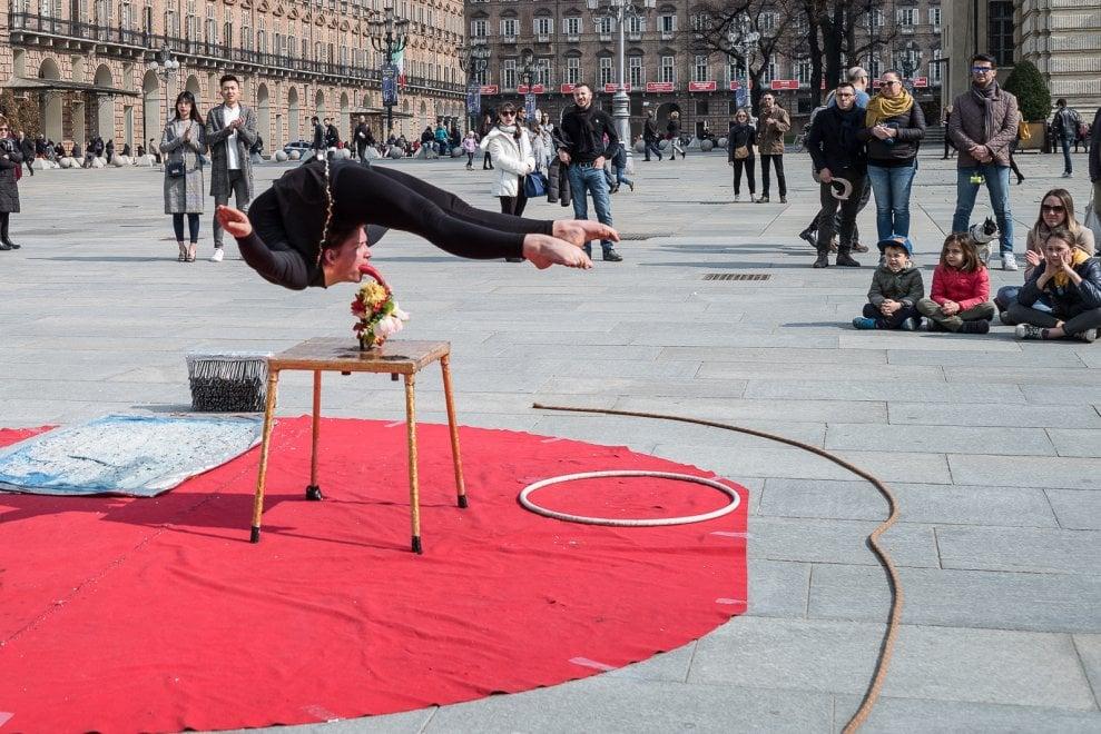 Torino il fachiro e la contorsionista spettacolo da - Fachiro letto di chiodi ...