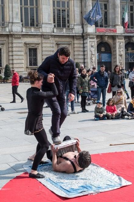 Torino il fachiro e la contorsionista spettacolo da applausi in piazza castello 1 di 1 - Letto da fachiro ...
