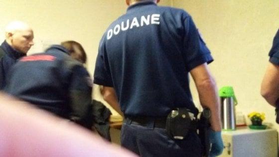"""Migranti, blitz a Bardonecchia. La Farnesina convoca l'ambasciatore e smentisce Parigi: """"Regole violate, rapporti a rischio"""""""