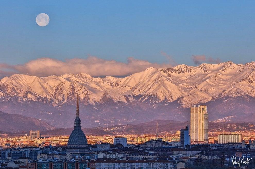 La Luna fa il regalo di Pasqua a Torino: uno spettacolo il passaggio sulle Alpi innevate e la Mole