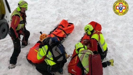 Valle d'Aosta, due morti sotto la neve al Colle Chamolé, uno è precipitato nel lago ghiacciato