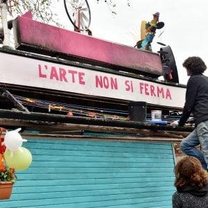Torino: teppisti all'attacco, incendiata l'edicolarte di borgo Aurora