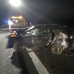 Incidente sull'A5: auto distrutta, tre giovani restano imprigionati, ma si salvano