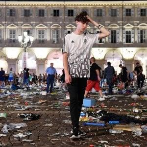 """Piazza S.Carlo: """"Gas spruzzato in terra perchè la folla si allargasse ma non eravamo i soli"""""""