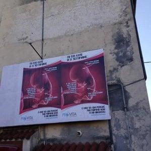 Aborto, affisso in provincia di Biella il manifesto contro la legge rimosso a Roma dalla sindaca Raggi