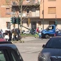 Torino, schianto all'incrocio in corso Grosseto: carro attrezzi abbatte