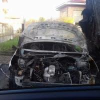 Fiamme nella notte a Ciriè, distrutti quattro autoveicoli parcheggiati