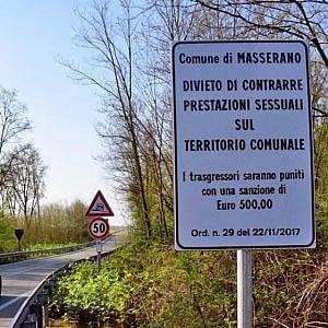 """Biella, """"sesso vietato"""" a Masserano: i cartelli anti-prostituzione scatenano l'ironia dei social"""