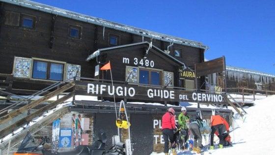 """Il ghiacciaio si scioglie e il confine si """"sposta"""": il rifugio italiano sul Cervino finisce per tre quarti in Svizzera"""