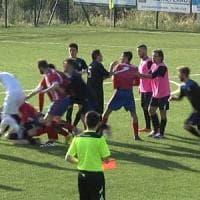 Calcio violento, nel Pinerolese tifoso scende in campo per picchiare un