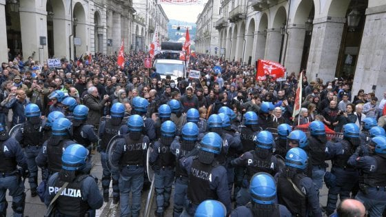 Parigi, violenze durante la parata del 1 maggio
