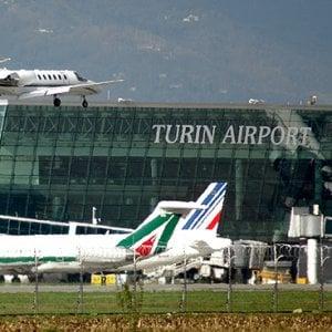"""Torino, Alitalia dopo 30 anni cancella i voli per Napoli . Sagat: """"Una decisione inspiegabile"""""""