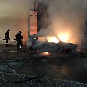 Torino, paura ai festeggiamenti del patrono: brucia auto davanti alla chiesa