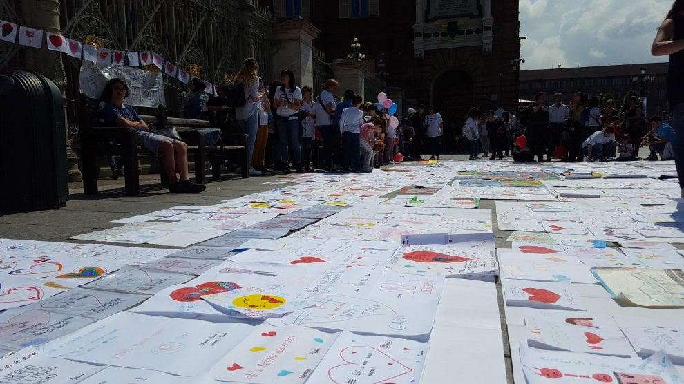 Torino, i disegni degli alunni in piazza per difendere la maestre che rischiano il posto