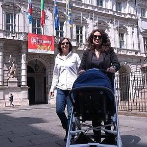 Torino, figlio di due mamme:  registrazione immediata all'anagrafe senza dichiarare di essere ragazza madre