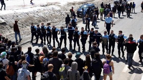 """Migrante annegata a Briançon, l'accusa: """"Morta per colpa dei gendarmi"""""""