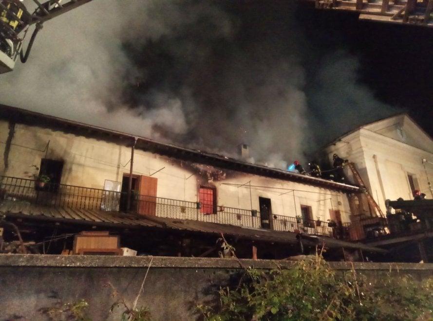 Le immagini dell'incendio a Perrero