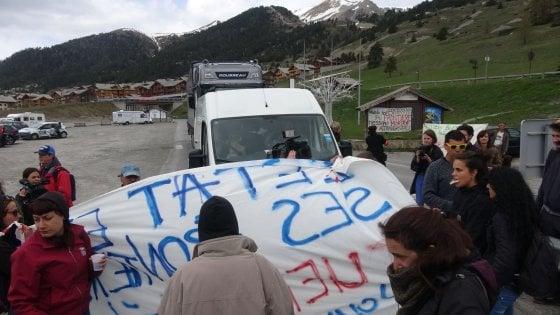 """Migrante morta, blocchi di protesta dei """"no borders"""" al confine con la Francia"""