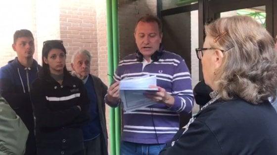 """Torino, blogger protesta in tribunale: """"L'Italia è una colonia americana e nessuno lo sa"""""""