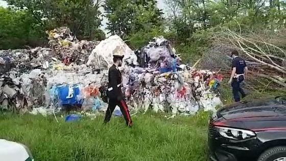 Leinì, camionista scarica rifiuti in un campo: incastrato dai carabinieri con un trucco
