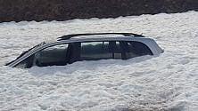 Moncenisio, dalla neve affiora un'auto. E si scatenano i social