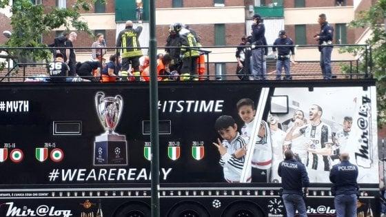 Torino, sei tifosi feriti su un camion scoperto che ha urtato i cavi del tram. Due gravi