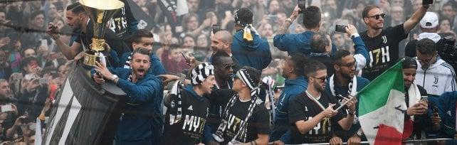 Juventus cinquantamila tifosi in piazza per lo scudetto: