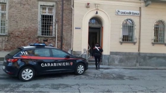 Torino, ladri fanno saltare in aria il bancomat e restano feriti: uno perde un dito, l'altro ustionato