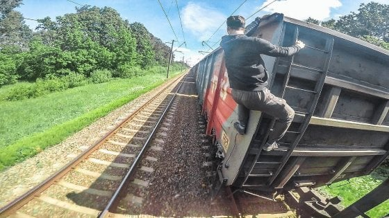 Avigliana train surfer si aggrappano all 39 ultima for Carrozza del treno