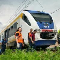 Ciriè, camion trancia i cavi elettrici del treno: linea interrotta fino
