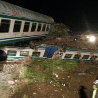 Scontro tra Tir e un treno, il convoglio deraglia: due morti e 20 feriti