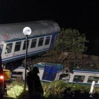 Scontro tra treno e Tir nel Torinese: 2 morti e 23 feriti, tre gravi: indagato