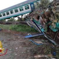 Caluso, scontro tra tir e un treno: le immagini del convoglio deragliato