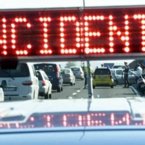 Autocisterna esce di strada sulla Torino-Aosta, chiusa la carreggiata nord a Volpiano