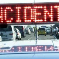 Autocisterna esce di strada sulla Torino-Aosta, chiusa la carreggiata nord