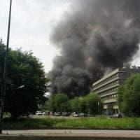 Esplodono bombole del gas nel campo nomadi, una nube nera su Torino