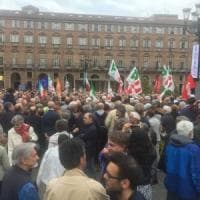 Un migliaio di persone in piazza Castello per manifestare in sostegno a Mattarella