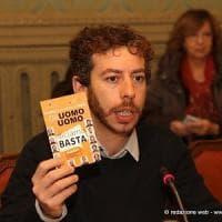 Torino, l'assessore grillino alle famiglie avvisa il ministro Fontana: