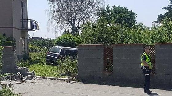Novara, carro funebre con salma a bordo sbanda e uccide ragazza a piedi: morto anche il guidatore