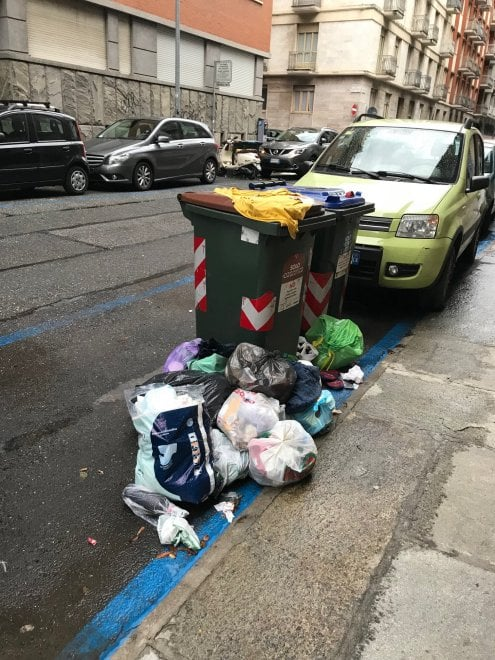 Torino a San Salvario la raccolta porta a porta parte in salita